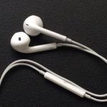 イヤホンはiPhone付属の「EarPods」を、ありがたく使う